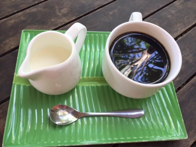 濃いめのコーヒーにスイートミルクをゆっくり溶かして飲む